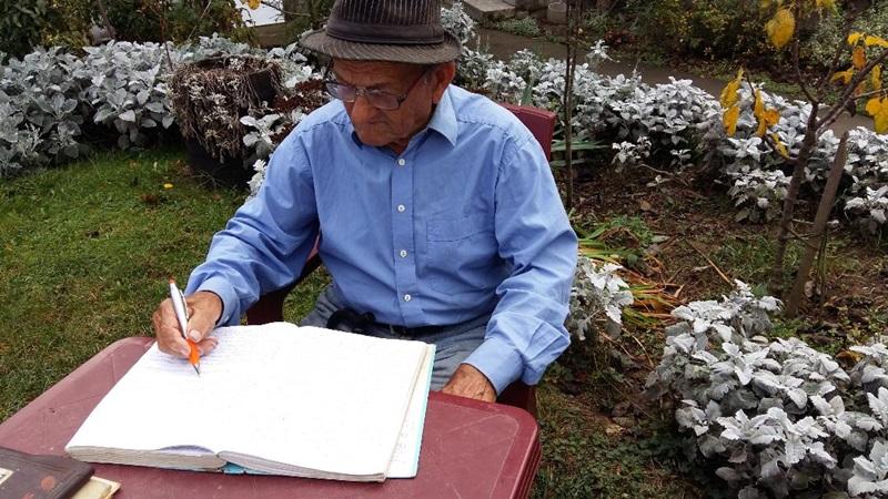 Чика Миленко у 97 години пише песме и стрпљиво чека издавача за своју љубавну поезију